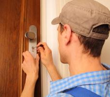 Schlüsselnotdienst im Einsatz an Türe